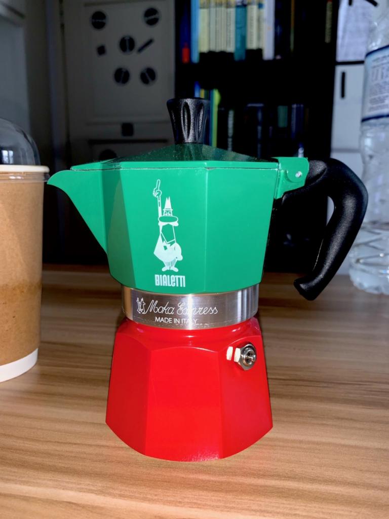 brew coffee with moka pot